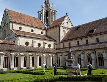Students in the interior garden of the Bebenhausen Monastery
