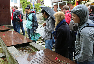 Students at the former site of the Tübingen synagogue.